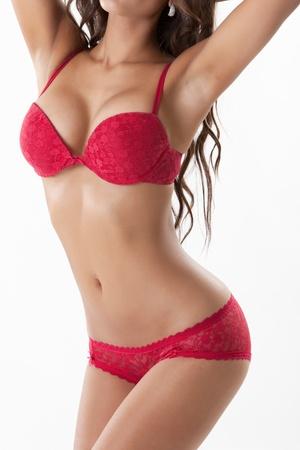beaux seins: Sexy femme mince dans la lingerie rouge isol� sur blanc