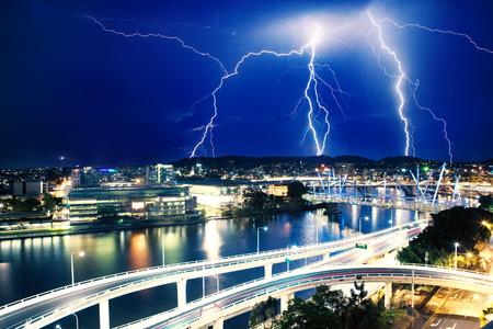 rayo electrico: Múltiples impactos de rayos eletric sobre el río en Brisbane, Queensland, Australia Foto de archivo