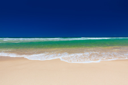 playas tropicales: Playa en el lado este de la isla de Bribie, Queensland, Australia