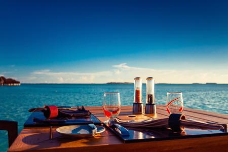 comidas: Configuración del vector en el restaurante de playa tropical durante la puesta del sol del verano