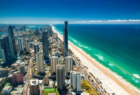 골드 코스트, AUS는 - 2015년 10월 4일 : 퀸즐랜드 호주의 골드 코스트의 공중보기 브리즈번을 향해 북쪽 서퍼스 파라다이스 (Surfers Paradise)에서 찾고.