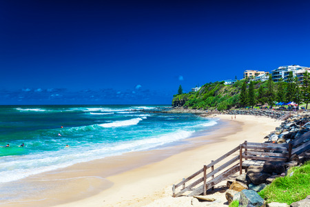 sol radiante: CALOUNDRA, AUS - DIC 06 2015: Caliente día soleado en playa del peto Calundra, Queensland, Australia