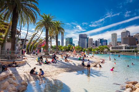 BRISBANE, AUS - 17 avril 2016: Streets Beach à South Bank Parkland. Il est la plage artificielle du centre-ville, à côté du centre-ville.