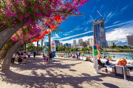 BRISBANE, AUS - 17 april 2016: Streets Beach in South Bank Parkland. Het is binnenstedelijke kunstmatig strand naast het centrum van de stad.