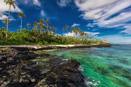 Strand mit Korallenriff und schwarzen vulkanischen Felsen auf der Südseite von Upolu, Samoa Inseln Standard-Bild - 81675822