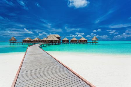 Überwasserlandhäuser auf der tropischen Lagune, Malediven-Inseln Standard-Bild