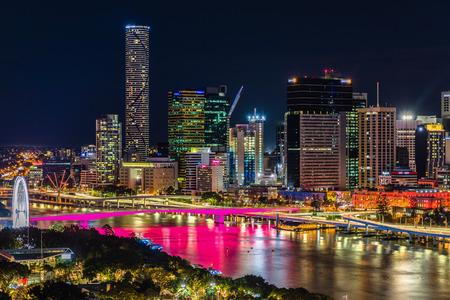 BRISBANE, AUSTRALIA - 05 de agosto de 2017: Imagen de área nocturna de Brisbane Cbd y South Bank. Brisbane es la capital de QLD y la tercera ciudad más grande de Australia.