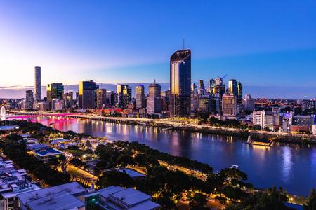 Imagen aérea de la hora del atardecer de Brisbane CBD y South Bank. Brisbane, Queensland, Australia.