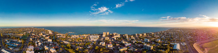 Aerial view of Suttons Beach area and jetty, Redcliffe, Queensland, Australia 新聞圖片