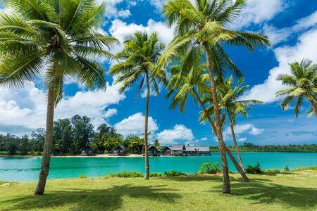 Destino de resort tropical en Port Vila, isla de Efate, Vanuatu, con playa y palmeras