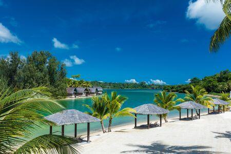Tropikalny kurort w Port Vila, wyspa Efate, Vanuatu, z plażą i palmami
