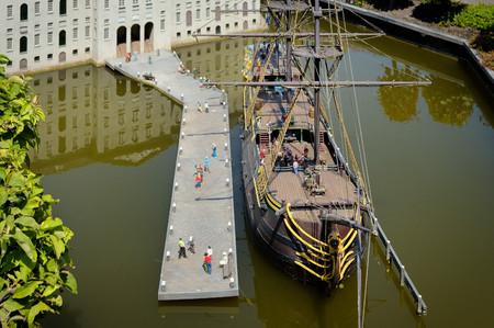 miniature boat in canals of Amsterdam in Madurodam, the Netherlands Standard-Bild - 121666189