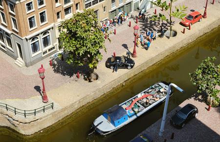 miniature boat in canals of Amsterdam in Madurodam, the Netherlands Standard-Bild - 121666133