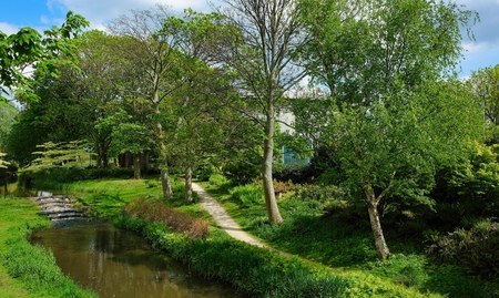 Park with green trees with water and footpath at Duiksehoef, Kaatsheuvel, Netherlands Imagens