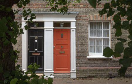 Drzwi wejściowe angielskiej rezydencji w Londynie w Wielkiej Brytanii latem? Zdjęcie Seryjne