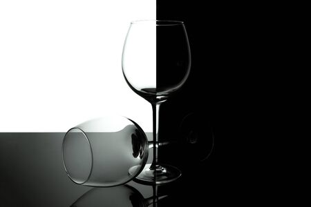 Clean Empty wine glasses with reflections on black and white background. Alcohol beverage card backdrop. Stockfoto