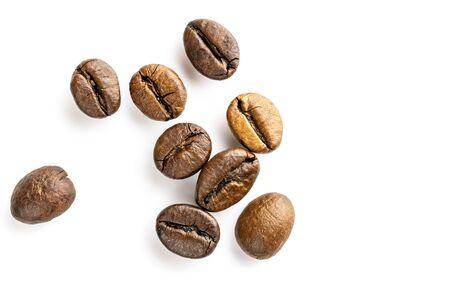 Grains de café torréfiés pour expresso, cappuccino sur fond blanc.