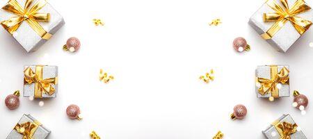 gouden Kerstcadeaus, ornamenten op een witte achtergrond. Wintervakantie kerstcadeau. Prettige kerstdagen en gelukkige feestdagen wenskaart, frame, banner. Nieuwjaar. Noël Stockfoto