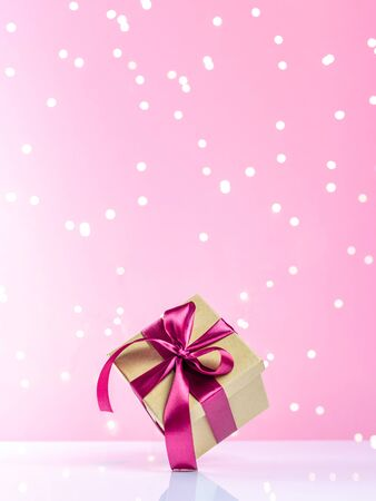 Xmas background. Gift box, gifts isolated on pink. Festive backdrop for holidays or New Year Foto de archivo - 137895978