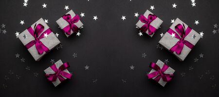 New years background. Christmas gifts with red ribbon on black b Foto de archivo - 137895607