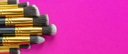Make brush powder. Drawing cosmetic products isolated on pink background with copy space. Beauty glamour concept Foto de archivo - 137895759