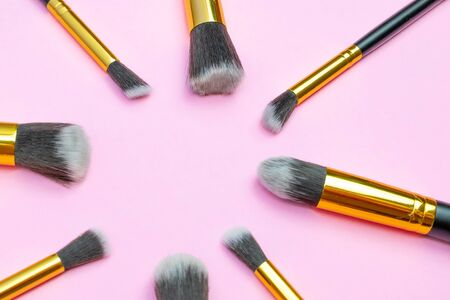 Make brush powder. Drawing cosmetic products isolated on pink background with copy space. Beauty glamour concept Foto de archivo - 137896728
