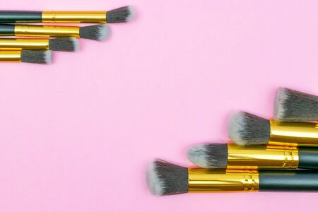 Makeup brushes powder isolated on pink with copy space. Beauty m Foto de archivo - 137895816