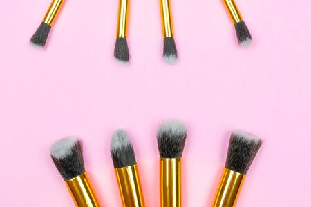 Pink background. Makeup brushes isolated on pink with copy space Foto de archivo - 137896203