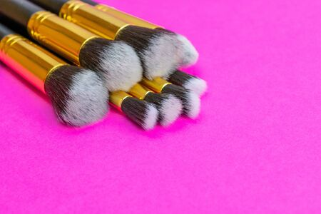Cosmetics set. Cosmetic powder brushes isolated on pink backgrou Foto de archivo - 137895817