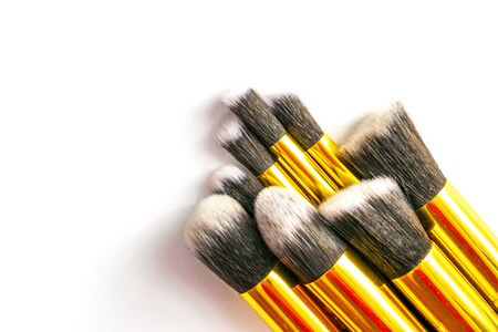 Makeup brush drawing. Cosmetic powder products isolated on white Foto de archivo - 137895780