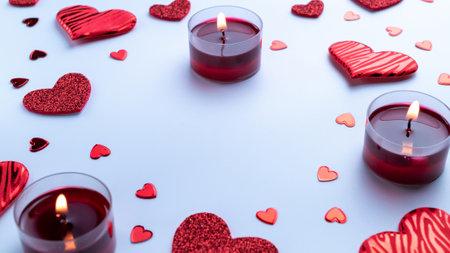 快乐的日子背景。红色爱心脏,浪漫礼物盒,在白色桌上的情人节蜡烛。与拷贝空间的浪漫消息模板