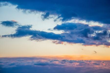 明るく、はっきりと表現された嵐雲で覆われた日没時の空 写真素材