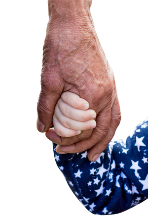 Die Hand eines alten Mannes und die Hand eines kleinen Mädchens auf einem weißen, isolierten Hintergrund. Einheit der Generationen. Alter und Jugend. Großvater und seine Enkelin