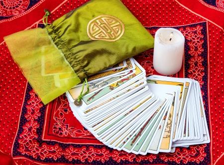 Tarot kaarten en brandende kaars Stockfoto