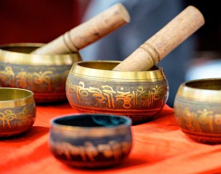 Boeddhistische klankschaal metall vazen groep Stockfoto