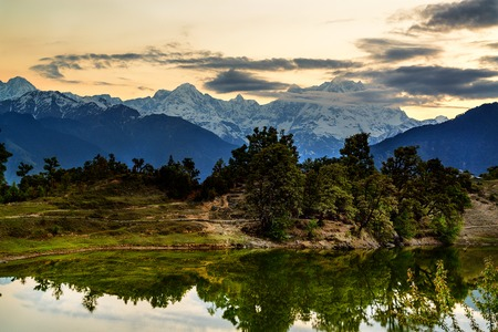 tal: Deoria Tal Lake at sunrise and Mountains, Himalayas, India Stock Photo