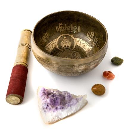 music therapy: Cuenco de canto tibetano aislado en blanco