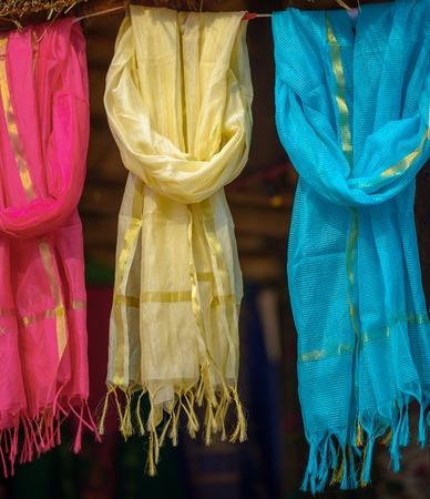 sciarpe: Sciarpe multicolori al mercato locale, India