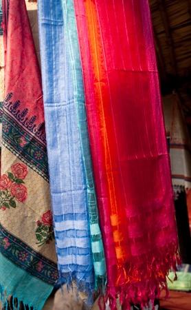 foulards: Sciarpe multicolori al mercato locale, India