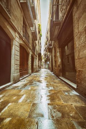 gotico: Heterosexual estrecha calle en el Barrio Gótico de Barcelona. Estilo vintage Editorial