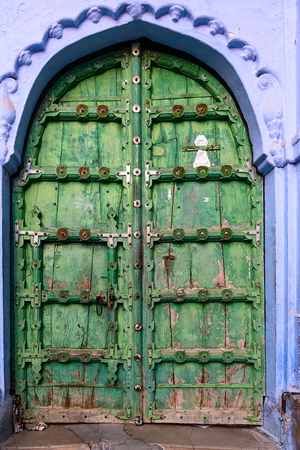 Wooden Green Door Entrance in a house, Jodhpur, India 免版税图像