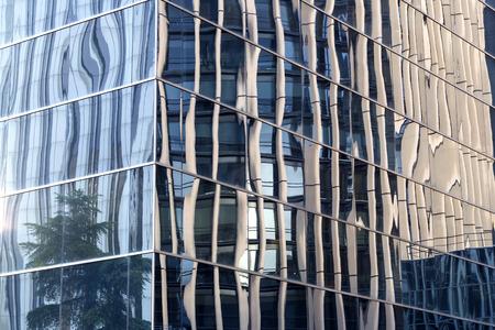 reflexion: Reflexión en ventanas del edificio moderno Foto de archivo