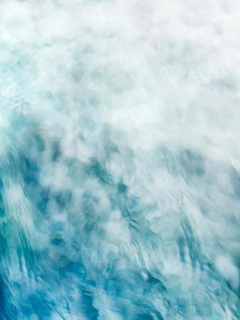 絵画的、静かで、瞑想的な青い緑の流れる水の背景は白にフェード