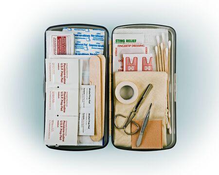 Trousse de premiers soins organisée remplie de fournitures médicales d'urgence sur fond blanc