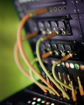 Alte antike Telefonzentrale mit Kabel- und Steckverbindungen. Selektiver Fokus, gelierte Farbe Standard-Bild