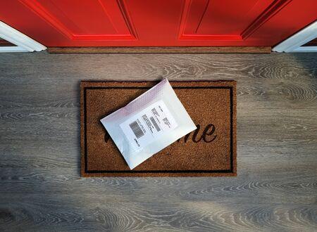 Gepolsterter Umschlag wird vor der Tür geliefert. Ansicht von oben.