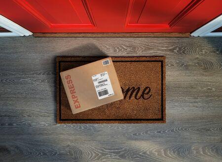 Consegna urgente, acquisto online fuori dalla porta di casa. Vista dall'alto.