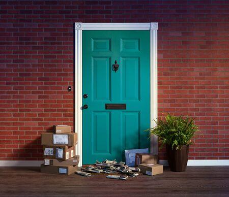 Wohnungseingangstür mit Stapeln gelieferter Kartons und Zeitungen; Besitzer nicht zu Hause Standard-Bild