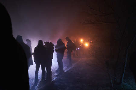 Leute stehen und beobachten Feuerwerk, Silvester, dunkel, Silhouette
