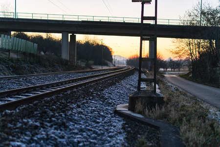 oppervlakte van een spoorweg door een brug in de winter